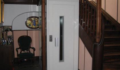 Elevador unifamiliar en hueco de escalera