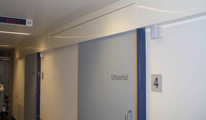 Cierrapuertas Dictamat 50 en puertas de hospital