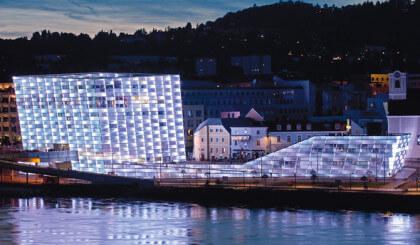 Pequeños pistones a gas para estructuras grandes: museo Ars Electronica Center, Linz/Austria