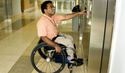 ¿Qué características debe tener un ascensor accesible?