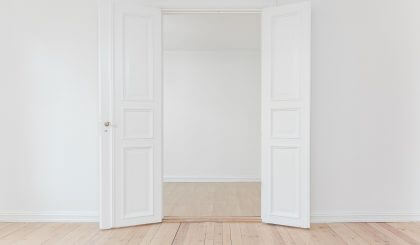 Convierte una puerta abatible en una puerta corredera