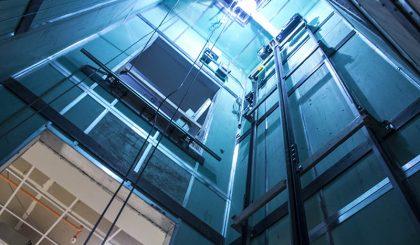 ¿Qué revisa un técnico durante el mantenimiento de un ascensor?