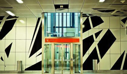 ¿Qué determina la carga máxima de un ascensor?