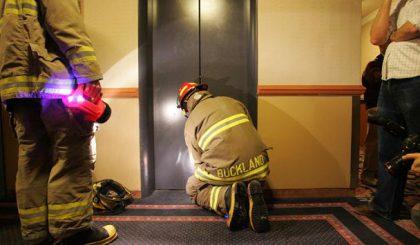 ¿Qué hacer si te quedas encerrado en un ascensor? 3 consejos prácticos