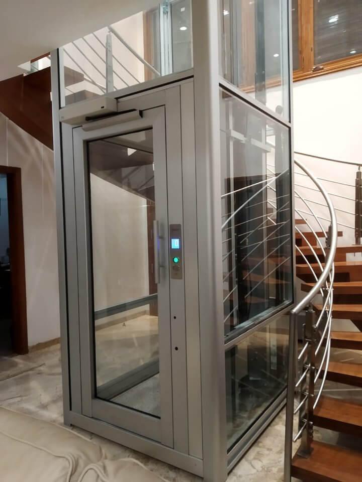Ascensor estructura a la vista con cabina transparente